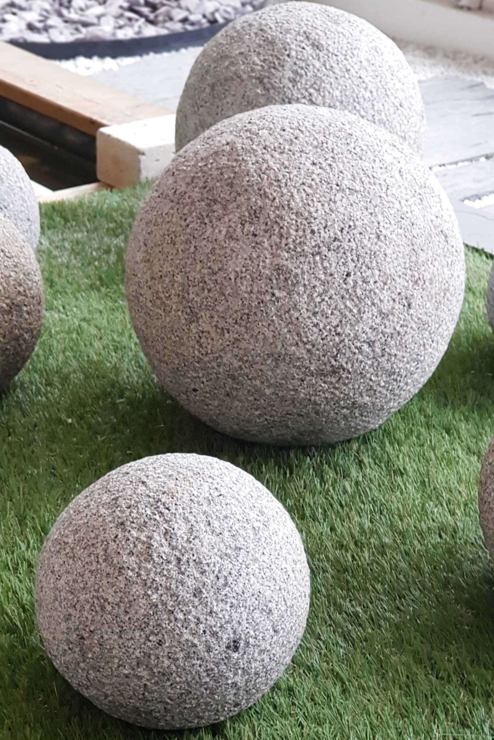 Boules granit for Decoration jardin boule pierre
